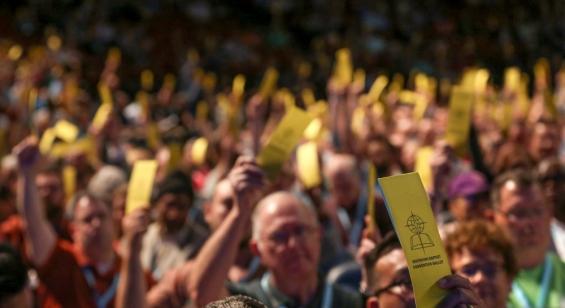 2019년 열린 남침례회 연차총회에서 9천 여 명의 총대들이 성적 학대에 관한 수정안에 대해 표결하고 있다.