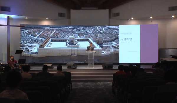 나성영락교회 박은성 목사가 설교하고 있다.