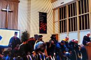 ITS신학대학원 제37회 졸업식에서 기도하는 졸업생과 교수진