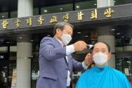 류인각 목사(왼쪽)가 장성철 목사의 머리카락을 깎고 있다.