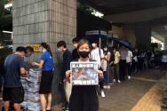 애플 데일리의 마지막 신문을 구매하기 위해 줄 서 있는 홍콩 시민들. ⓒ국제앰네스티 제공