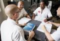 4명의 수감자들이 성경공부를 하고 있다. ©프리즌펠로우십