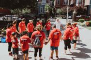 """""""하트 더 시티(Heart the City)"""" 캠페인에 참석한 자원봉사자들이 기도하고 있다."""