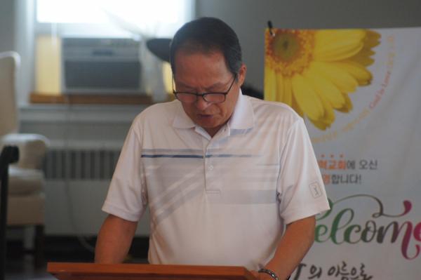 김재관 장로가 합심기도를 인도하고 있다.