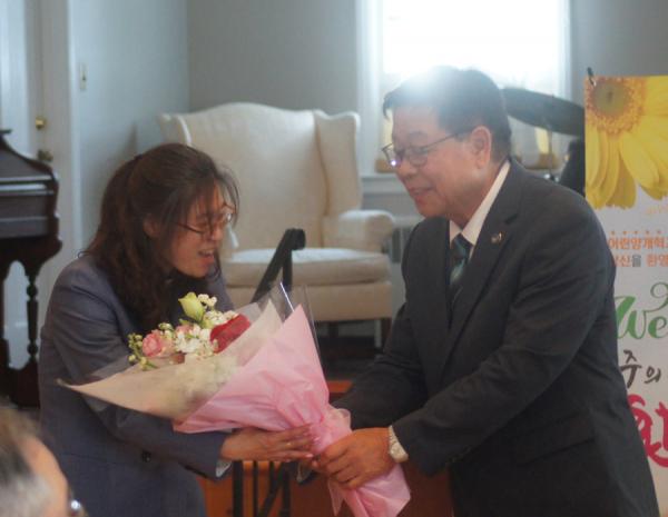 송윤섭 회장이 임지윤 목사(좌)에게 꽃다발을 전달하고 있다.