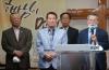 지난 6월 뉴욕교협 '국가 기도의 날 연합기도회'에서 문석호 목사(오른쪽)이 21희망재단의 사역을 소개하고 있다. 가운데가 변종덕 회장이다.