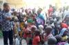 조셉 바트 피델리스 신부가 나이지리아 현지인들을 대상으로 치유사역을 펼치고 있다.