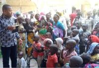 조셉 바트 피델리스 신부가 나이지리아 현지인들을 대상으로 치유사역을 펼치고 있다. ©Aid to the Church in Need