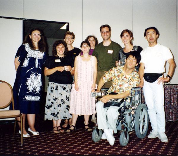 휠체어를 탄 필자가 미네소타주립대학 ESL 과정에서 선생 및 학생들과 함께 촬영한 사진