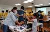 후원품으로 위탁 아동들을 위한 사랑의 케어팩을 만드는 봉사자들