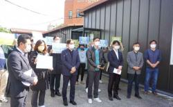 이동환 목사(오른쪽에서 세 번째)와 변호인단이 연회 재판 선고 후 입장을 표명하던 모습.