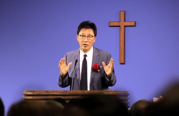 브릿지교회 김재호 목사 위임예배에서 설교하는 에브리데이교회 최홍주 목사