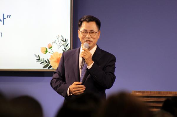 브릿지교회 김재호 목사 위임예배에서 특별찬양하는 지명헌 목사