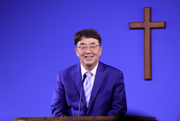 브릿지교회 김재호 목사 위임예배에서 축사하는 그레이스미션대학교 총장 최규남 목사