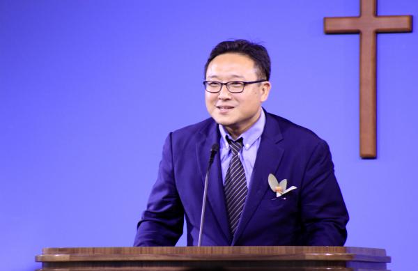 브릿지교회 담임 목사 위임예배에서 답사하는 김재호 목사