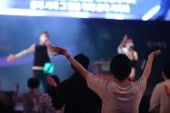 '2021 원데이 다니엘기도회'에서 한 참석자가 두 손을 들고 기도하고 있다(사진은 기사 내용과 직접 관련 없음). ©다니엘기도회