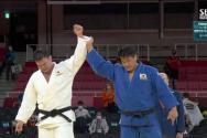 조구함 선수가 은메달 확정 후 자신을 이긴 일본 울프 아론 선수의 손을 들어주고 있다. ⓒ유튜브