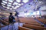 사회적 거리 두기 4단계에 따라, 대규모의 시설을 갖췄음에도 19명만 참석해 예배드리는 사랑의교회 모습. ⓒ사랑의교회
