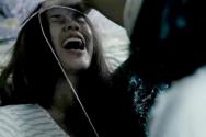 영화 <랑종>의 한 장면. 귀신을 내쫓기 위해 무당이 안간힘을 쓰고 있다.