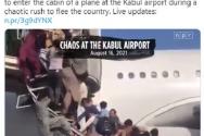 아프가니스탄을 빠져나가려는 사람들이 수도 카불 공항에서 비행기에 올라타기 위해 계단을 오르고 있는 모습. ⓒNPR 보도화면 캡쳐