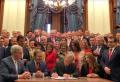 그렉 에벗 텍사스 주지사가 '임신 6주 이후 낙태금지법안'에 서명하고 있다.