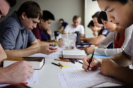 IVF 소속 대학생들이 성경공부를 하고 있다(상기 사진은 본 기사 내용과 직접적 연관이 없음). ⓒInterVarsity Christian Fellowship/USA