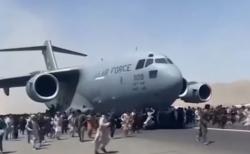 아프가니스탄 카불 공항에서 미군 수송기를 따라 달리고 있는 현지인들의 모습 ©SBS 뉴스 보도화면 캡쳐