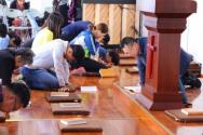 이른비언약교회 왕이 목사와 성도들이 예배 도중 간절히 기도하고 있다. ⓒ이른비언약교회 페이스북