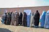 아프가니스탄 헤라트 지역에서 여성 주민들에게 위생키트를 전달하는 모습. ⓒ월드비전