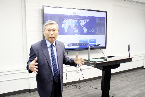 월드미션대학교 임성진 총장이 스마트 강의실에 대해 소개하고 있다