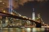 브루클린 다리에서 바라본 9•11 추모 불빛과 2013년 완공된 제1세계무역센터