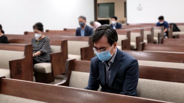 사우스베이 목사회 회원들이 미국, 대한민국의 회복을 위해 간절히 기도하고 있다