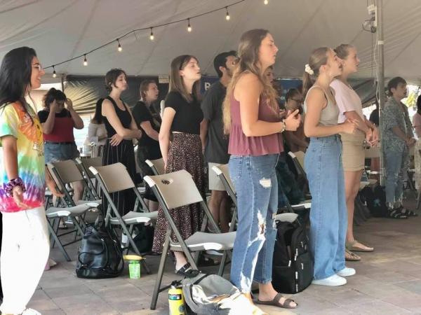 하와이 열방대학 회복학교에서 기도하는 청년들