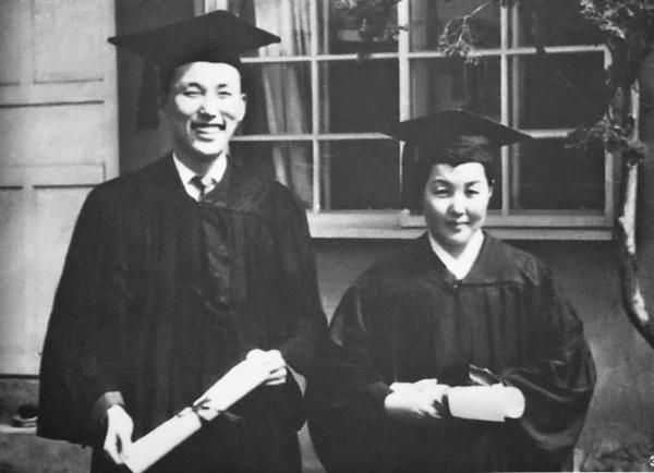 1958년 순복음신학교 제4회 졸업식에서 조용기 목사(왼쪽)