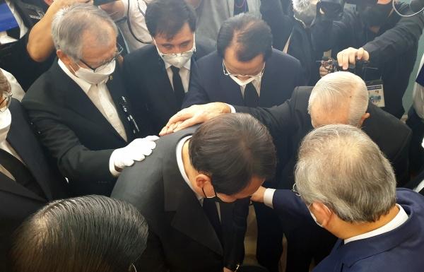 교계 목회자들이 15일 故 조용기 목사 조문소를 찾은 윤석열 전 검찰총장과 함께 기도하고 있다. ©김진영 기자