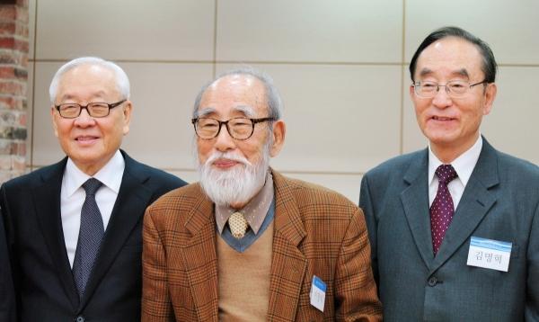 이장식 박사(가운데)가 생전 서광선 박사(이화여대 명예교수, 왼쪽)와 김명혁 목사(한국복음주의협의회 전 회장)와 함께 찍었던 사진