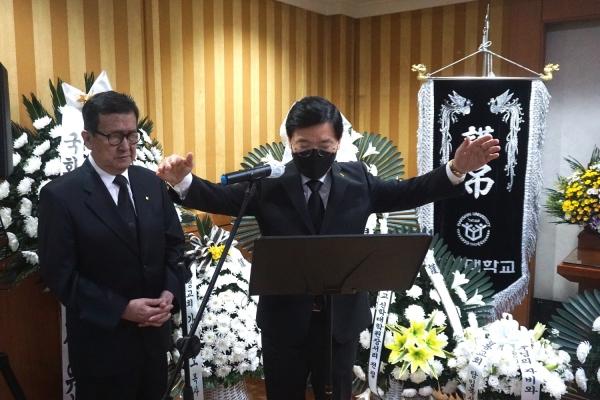 故 이장식 목사 천국환송예배에서 기장 총회장 이건희 목사가 축도하고 있다. ©김규진 기자