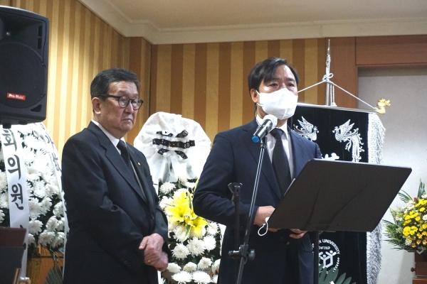 故 이장식 목사 천국환송예배에서 한신대 강성영 총장(오른쪽)이 인사말을 전하고 있다. ©김규진 기자