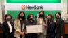 이노비 김재연 사무국장(왼쪽 두번째), 뉴뱅크 맨하탄지점 캐런나 지점장(왼쪽 세번째)과 관계자들이 기념촬영을 했다.