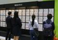 청년 구직자들이 취업박람회 게시대에서 채용정보를 확인하고 있다. ©서다은 기자