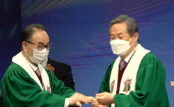 (오른쪽부터) 신정호 이임 총회장이 류영모 신임 총회장에게 반지를 끼워주고 있다. ⓒ유튜브