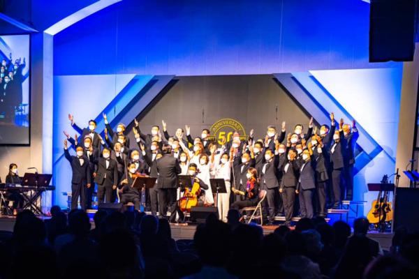 시애틀 형제교회 창립 50주년 감사예배에서 하나님의 은혜를 찬양하는 시애틀 형제교회 장로성가단