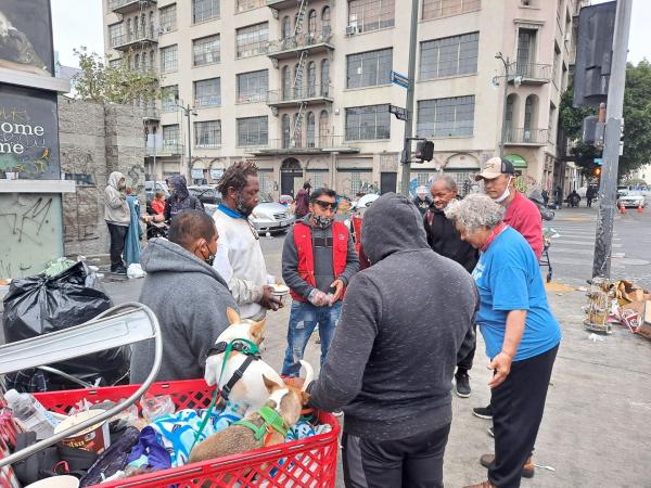 LA 다운타운 노숙자들과 함께 기도하고 있다