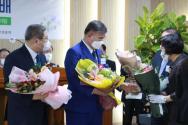 (오른쪽부터 순서대로) 신임 총회장 배광식 목사와 직전 총회장 소강석 목사가 축하 꽃다발을 받고 있다. ⓒ송경호 기자