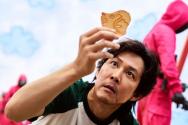 넷플릭스 드라마 '오징어게임' 중 달고나 게임에 몰입하고 있는 주인공의 모습. ©넷플릭스