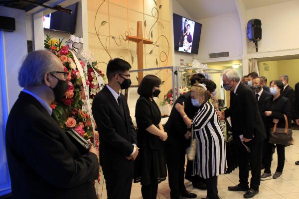 故 김경일 목사 천국환송예배에서 조문객들이 가족들에게 인사하고 있다