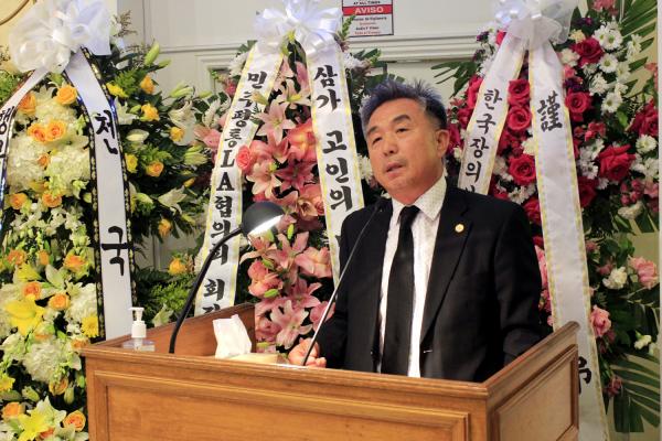 故 김경일 목사 천국환송예배에서 조사를 전하는 미주한인재단 LA 회장 이병만 장로