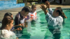 ▲인도네시아의 한 목회자가 개종자들에게 세례를 주고 있다. ⓒ크리스천애드미션