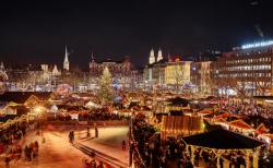 스위스 취리히 구시가지의 크리스마스 풍경. 반짝이는 크리스마스 트리와 끓인 와인, 라클렛, 퐁듀 등이 이곳을 찾는 여행자에게 낭만적인 크리스마스를 선사한다.