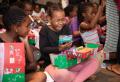 선물을 받고 기뻐하는 아이들. ⓒOCC